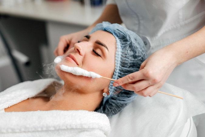 Курсовое лечение кожи лица криомассажем.